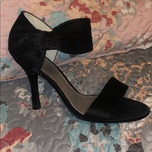Black heels with bow